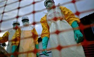 Une équipe médicale de MSF traite des victimes d'ebola à Kailahun en Sierra Leone le 14 août 2014