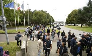 Les salariés de GM&S manifestent le 5 septembre 2017 devant le site PSA de Poissy, dans les Yvelines.