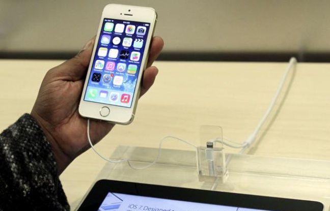 Une homme tient un iPhone 5S dans l'Apple store de New-York, le 20 septembre 2013.