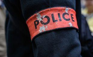 Le policier a fait usage de son arme, sans toucher son agresseur. Illustration.