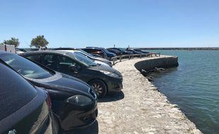 Des voitures garées près de la plage à Carnon (Hérault)