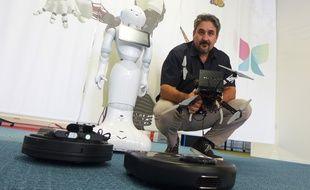 Benoît Morisset, co-fondateur de Pixmap 3D, ajoute une caméra et un mini-ordinateur aux robots pour leur donner la vue.