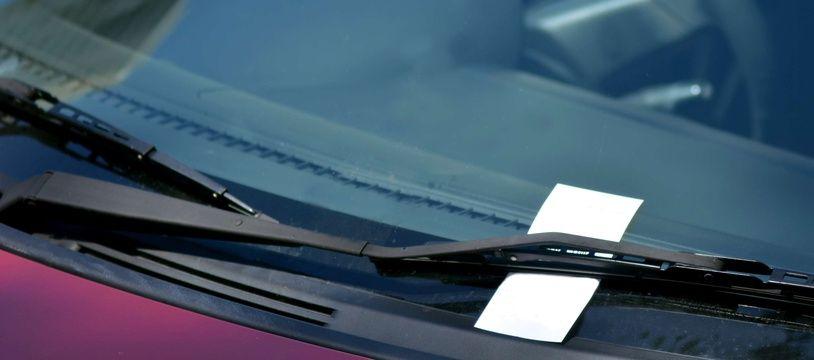Méfiez-vous si vous trouvez un billet ou un bijou sur votre pare-brise, cela pourrait être un piège.