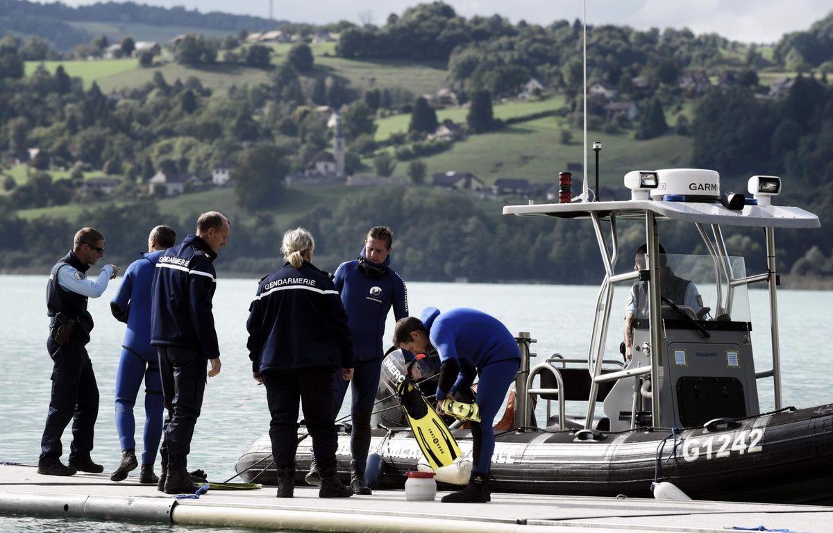 Les gendarmes sondent le lac d'Aiguebelette pour retrouver également la petite Maëlys, disparue dans la nuit du 26 au 27 août. AFP PHOTO / JEFF PACHOUD – AFP