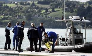 Les gendarmes sondent le lac d'Aiguebelette pour retrouver également la petite Maëlys, disparue dans la nuit du 26 au 27 août. AFP PHOTO / JEFF PACHOUD