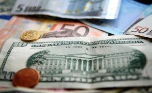 L'euro est tombé vendredi sous 1,23 dollar pour la première fois depuis début juillet 2010, réagissant à la publication de mauvais chiffres de l'emploi américain qui ont avivé les inquiétudes sur l'état de l'économie mondiale.