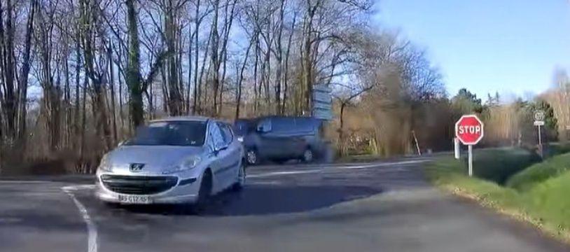 Un automobiliste coupe la voie en tournant.