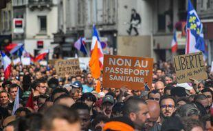 Le 17 juillet 2021 à Paris, lors d'une manifestation pour protester contre le pass sanitaire.