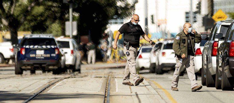 Des officiers de police près des lieux de la fusillade à San José, en Californie.