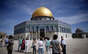 Des touristes prennent des photos devant le Dôme du Rocher à Jérusalem.