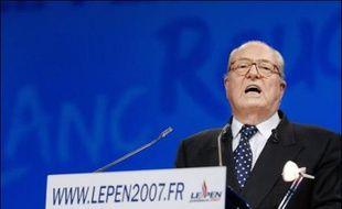 """Le candidat FN à la présidentielle Jean-Marie Le Pen a accusé dimanche Nicolas Sarkozy d'être un """"emblème"""" de la """"racaille politicienne"""", lui reprochant de n'avoir """"qu'une nationalité, la nationalité sarkozienne"""", dans une réunion publique à Paris."""