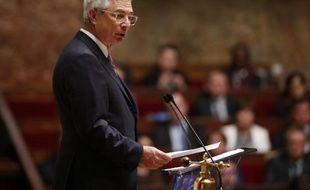 Le président de l'Aseemblée nationale Claude Bartolone prononce un discours d'hommage aux 17 victimes des attentats à Paris, à l'Assemblée nationale le 13 janvier 2015