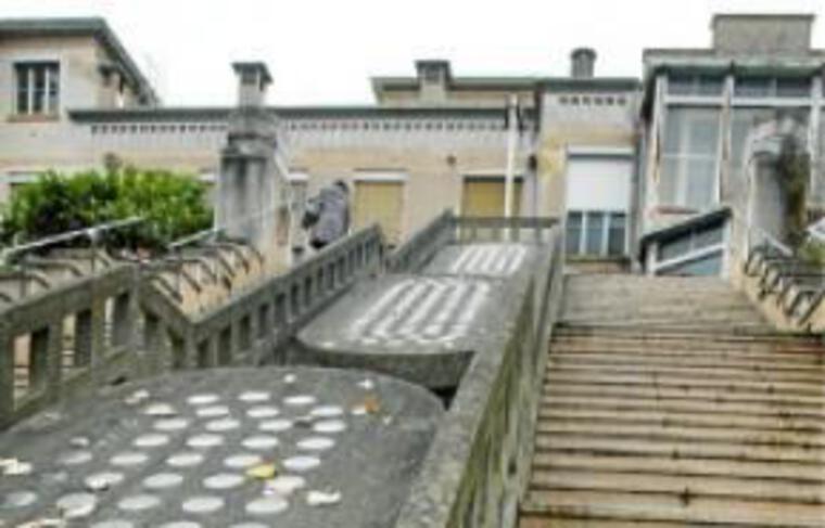 L'hôpital, bâti en 1933 par Tony-Garnier, est gagné par la vétusté.