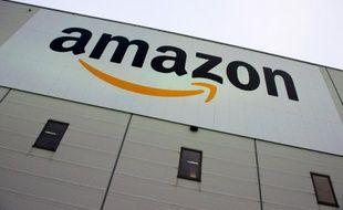 Photo prise le 11 novembre 2014 du logo géant américain de la vente à distance Amazon, sur la fçade d'un centre logistique du groupe, à l'Ouest de Berlin