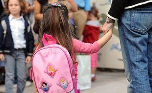 Une enfant tient la main de sa mère à l'école, le 4 septembre 2012 à Marseille (Bouches-du-Rhône).