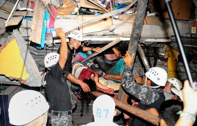Les secours tentent d'extraire les survivants des ruines d'un immeuble effondré à Manta, en Equateur, le 17 avril 2016.