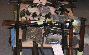 Saisie de 29 armes de guerre et de 816 munitions réalisée par les agents de la direction des opérations douanières de Calais le 8 février 2013.