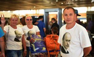 Le portrait du président Vladimir Poutine sur des T-shirts portés par des touristes russes, à l'aéroport de Charm-el-Cheikh, le 6 novembre 2015 après le crash d'un avion de ligne russe en Egypte