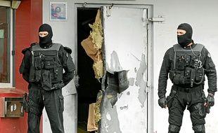 La porte blindée d'entrée de la maison d'arrêt a volé en éclat sous l'effet des explosifs utilisés par le fuyard.