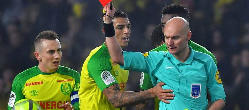 Nantes' Brazilian defender Diego Carlos (C) receives a red card from French referee Tony Chapron during the French L1 football match between Nantes and Paris Saint-Germain (Paris-SG) at the La Beaujoire stadium in Nantes, western France, on January 14, 2018.