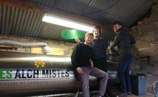 Mathieu, Valentin et Jérémy des Alchimistes Occiterra devant l'électro-composteur