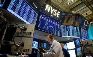 La Bourse de New York évoluait en légère baisse mardi peu après l'ouverture, frileuse alors que démarrait la saison des résultats d'entreprises aux Etats-Unis: le Dow Jones cédait 0,24% et le Nasdaq restait stable.