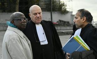 Le Rwandais Fabien Neretse avec ses avocats devant le palais de justice de Bruxelles, le 4 novembre 2019.