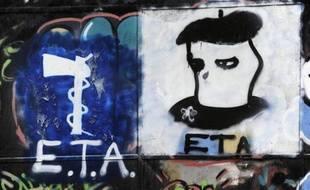 Graffiti représentant le logo du groupe séparatiste basque ETA à Oquendo, en Espagne le 23 mars 2010