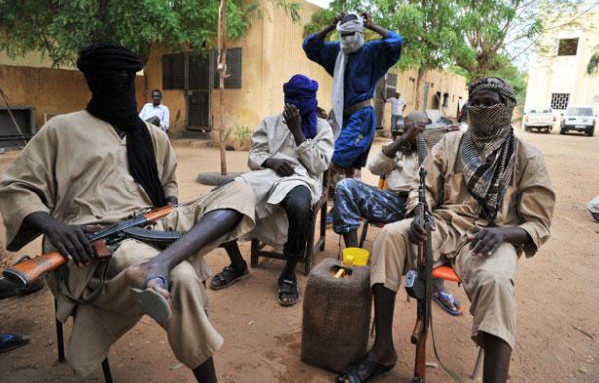 Des combattants du groupe islamiste armé Mouvement pour l'unicité et le djihad en Afrique de l'Ouest (Mujao), le 16 juillet 2012, à Gao (Mali). – I.SANOGO / AFP