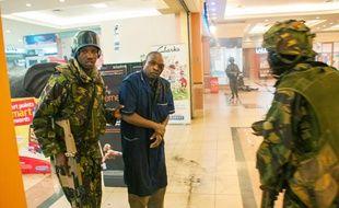 Des soldats kenyans viennent en aide à une victime des Shebab, dans le centre commercial de Nairobi pris pour cible parle groupe terroriste.