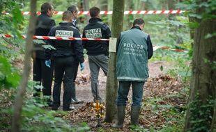 Vincennes le 18 juin 2012. Recherches de restes humains par la police judiciaire et la police scientifique dans le bois de Vincennes.