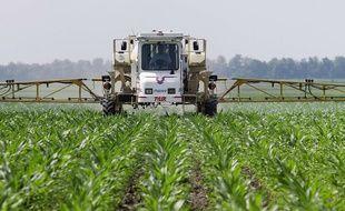 Un agriculteur répand du glyphosate dans un champ dans l'Illinois.