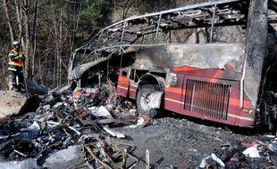 """L'accident d'un car de saisonniers britanniques, qui a fait un mort et trois blessés graves, mardi dans les Alpes, est """"très probablement"""" dû à un problème de """"freinage"""", a annoncé le parquet de Grenoble mercredi, alors que les rescapés devaient être rapatriés dans la journée en Grande-Bretagne."""