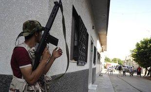 Un insurgé libyen patrouille dans les rues de Tripoli, le 22 août 2011.