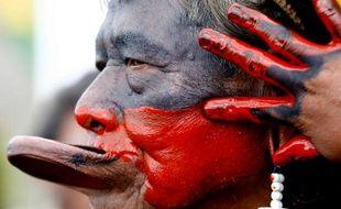 Raoni, le chef de la tribu Caiapo manifeste contre la construction d'un barrage hydroélectrique à Brasilia, Brésil, le 8 février 2011.