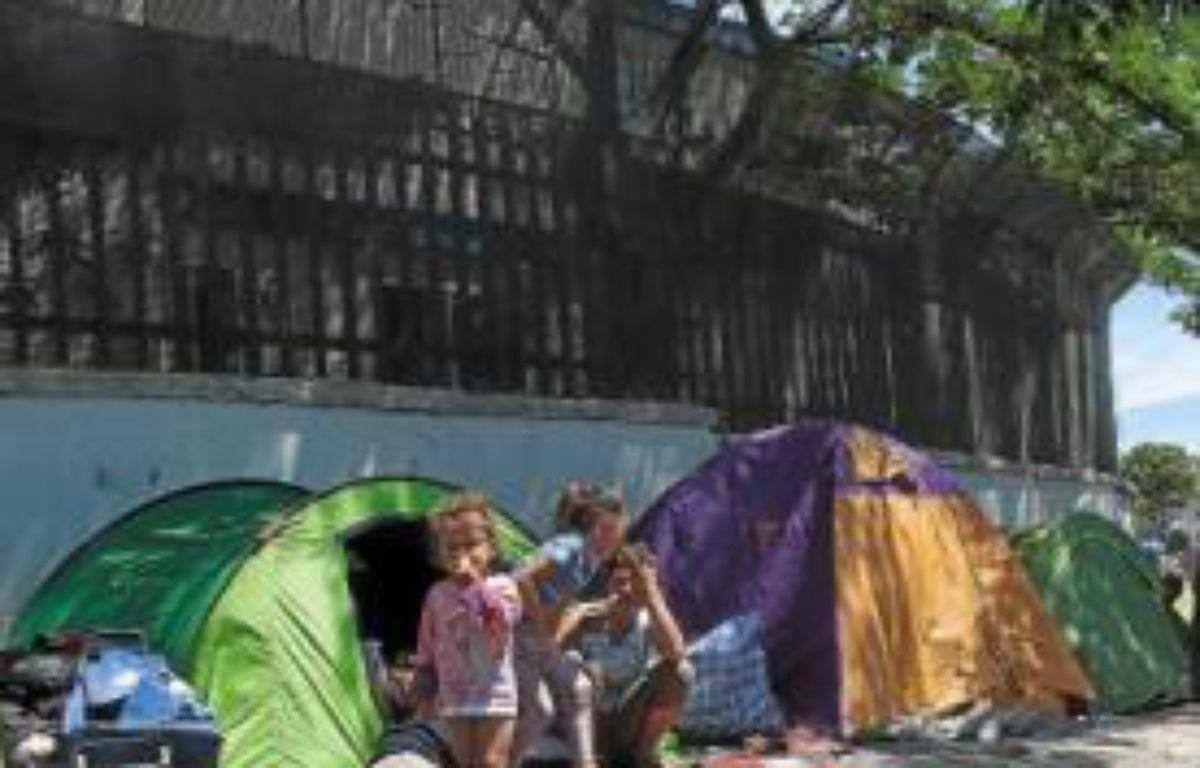 Les familles Roms vivent dans la rue et dorment dans des tentes sur le bitume. –  p.magnien / 20 minutes