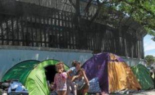 Les familles Roms vivent dans la rue et dorment dans des tentes sur le bitume.