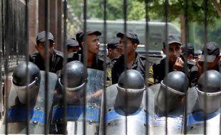 Plusieurs centaines de personnes ont commencé à se rassembler mardi après-midi sur la grande place Tahrir, dans le centre du Caire, pour protester contre la dissolution de l'Assemblée et le transfert du pouvoir législatif à l'armée, a constaté l'AFP.
