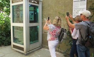 La cabine téléphonique aquarium, l'une des œuvres populaires du Voyage à Nantes 2016.