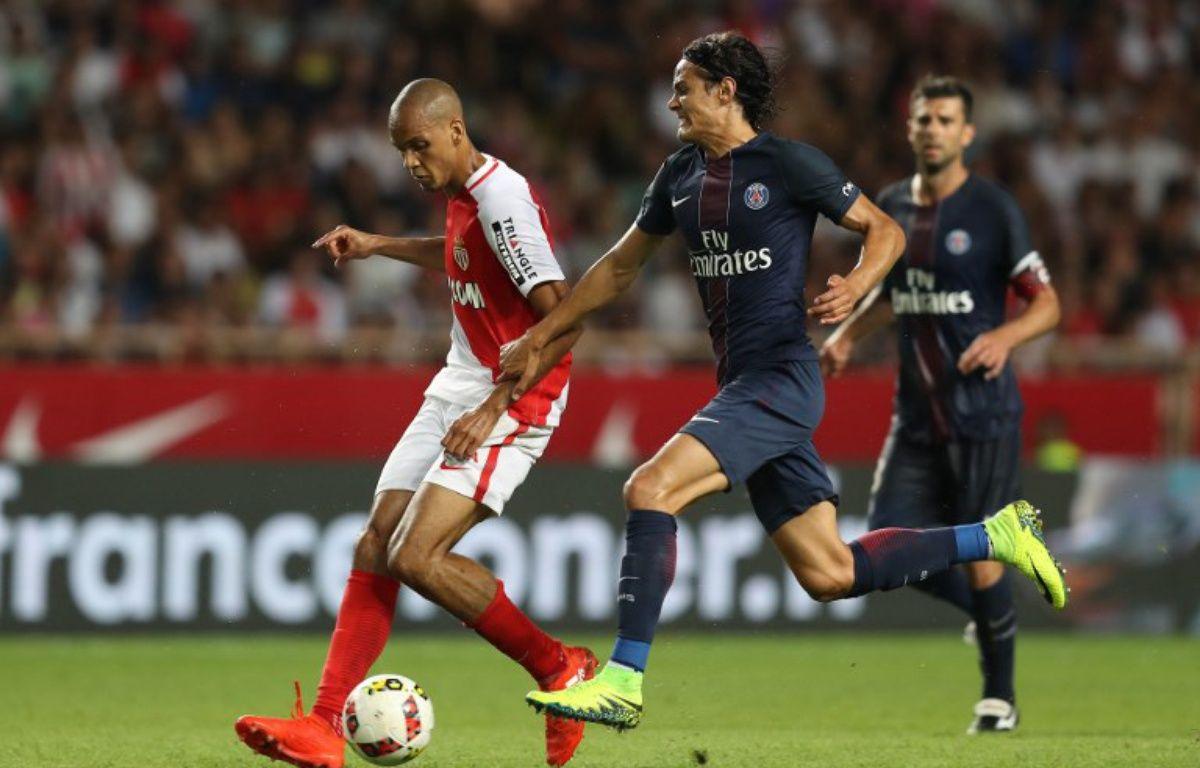 Fabinho et Cavani se disputent le ballon lors de Monaco-PSG, le 28 août 2016.  – VALERY HACHE / AFP
