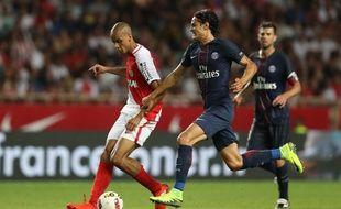 Fabinho et Cavani se disputent le ballon lors de Monaco-PSG, le 28 août 2016.