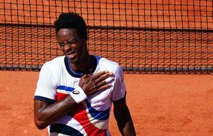 Gaël Monfils célèbre la victoire au premier tour de Roland Garros, le 1er juin 2021, à Paris.