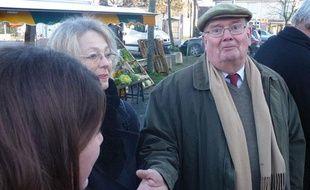 Gérard de Mellon, candidat FN à la mairie de Rennes, à la rencontre des habitants du quartier de Cleunay.
