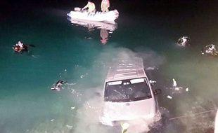 Un couple en train de faire l'amour à l'arrière de son minivan a fini dans un lac.