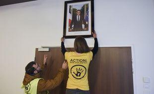 Des militants écologistes décrochent un portrait d'Emmanuel Macron dans une mairie en mars 2019. Ici à Saint-Sébastien-sur-Loire, en Loire-Atlantique.
