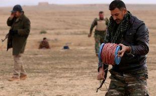 Des pershmergas kurdes lors d'une opéoration de déminage le 14 janvier 2015 près de Sinuni, un village de la région de Sinjar