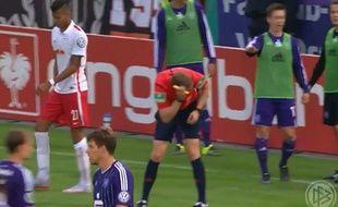 L'arbitre Martin Petersen a interrompu la rencontre de Coupe d'Allemagne après avoir pris un briquet en pleine tête.