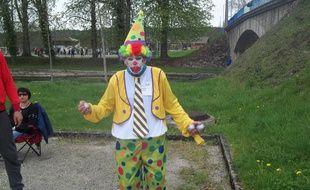 Bourgogne-Franche-Comté: Interdiction de porter un jeans à la pétanque? Le président du club vient jouer habillé en clown.