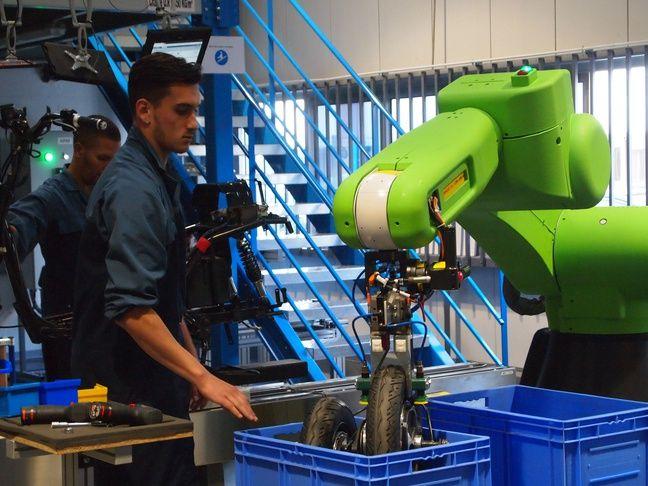 Le robot, baptisé Shrek, évite à l'opérateur de porter la roue du scooter.