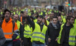Un «gilet jaune» filme avec son smartphone la manifestation du 18 novembre 2018 à Toulouse.